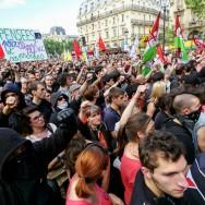 Des milliers de personnes rendent hommage à Clément Méric sur la place Saint-Michel, à Paris