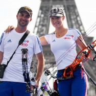 La France devient championne du Monde en double mixte arc à poulie au pied de la Tour Eiffel
