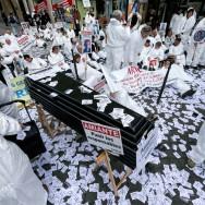 Paris : des victimes de l'amiante sous les fenêtres des juges