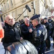 Le candidat FN Wallerand de Saint-Just face aux policiers lors des cérémonies du 11-Novembre