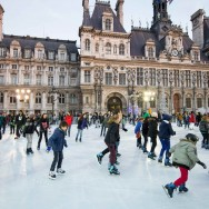 Paris : patinage devant l'Hôtel de Ville
