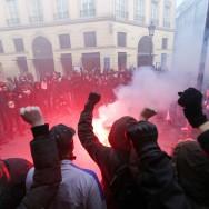 """Paris : les """"antifas"""" défilent contre le fascisme et l'homophobie"""