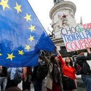 Manifestations anti-FN : des milliers de jeunes défilent à Paris