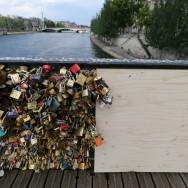 """Paris : les """"cadenas d'amour"""" font céder une grille du Pont des Arts"""