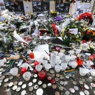 Paris : fleurs et bougies devant le siège de Charlie Hebdo