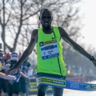 Le Vincent Kényan Yator remporte l'édition 2015 du semi-marathon de Paris.