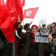 À Paris, près d'un millier de personnes affichent leur soutien à la Tunisie