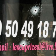 Attentats de Paris : Recueillement devant le bar La Belle Equipe