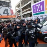 Salon de l'agriculture de Paris : heurts entre manifestants et forces de l'ordre.