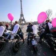Paris : rassemblement de motardes au pied de la Tour Eiffel