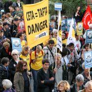 Des opposants aux traités transatlantiques Tafta et Ceta manifestent dans Paris