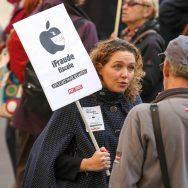 Paris : rassemblement pour que le géant Apple paye ses impôts.