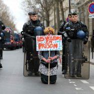 """Violences policières : une """"marche pour la justice et la dignité"""" organisée à Paris."""