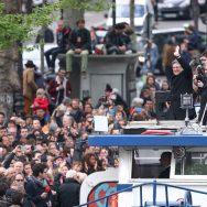 """Paris : Mélenchon en campagne à bord de la """"Péniche insoumise""""."""