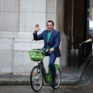 Cravate et vélo verts, l'entrée remarquée de Schwarzenegger à l'hôtel de Ville de Paris.