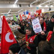 """Chez Carrefour, la CGT dénonce un plan """"pour les actionnaires""""."""