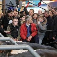 Laurent Wauquiez en visite au Salon de l'agriculture.