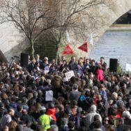 A Paris, habitants et élus se rassemblent pour que les voies sur berges restent piétonnes.