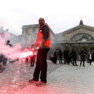 Réforme de la SNCF : premier jour de grève et manifestation des cheminots à Paris.