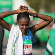 La Kényane Betsy Saina remporte le marathon de Paris chez les Dames.