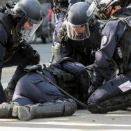 """""""Fête à Macron"""": un policier blessé, 8 interpellations en marge du rassemblement."""