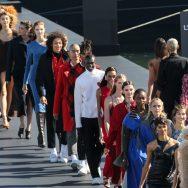 L'Oréal Paris fait défiler ses égéries sur la Seine.