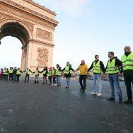 Les gilets jaunes bloquent la place Charles de Gaulle.