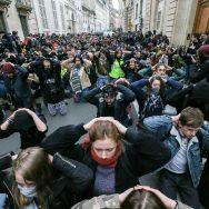 Étudiants et lycéens à genoux en solidarité avec les jeunes de Mantes-la-Jolie.