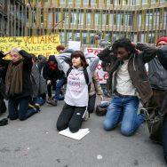 Des enseignants à genoux devant le rectorat de Paris.
