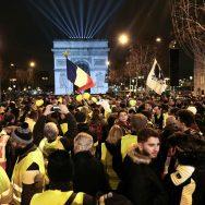 Réveillon du Nouvel An : une petite vague jaune fluo sur les Champs-Elysées.
