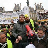 Paris : des Gilets jaunes lisent une lettre ouverte à Emmanuel Macron.