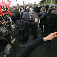 Pour la visite de Macron à Créteil, tensions entre gilets jaunes et forces de l'ordre.