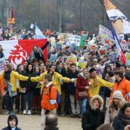 La «Marche pour la vie» rassemble des milliers d'opposants à l'IVG à Paris.