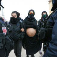 Paris : les sorcières du Witch Bloc organisent une riposte féministe contre la marche anti-IVG.