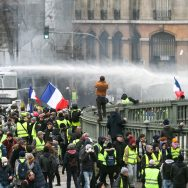 """Manifestation des Gilets jaunes : une mobilisation en baisse malgré la """"Nuit jaune"""" annoncée."""