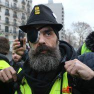 """Les """"gilets jaunes"""" défilent contre les violences policières."""