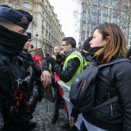 """Quand des """"gilets jaunes"""" offrent une rose à la police."""