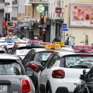 Permis de conduire : les auto-écoles manifestent contre l'« ubérisation » de leur profession.