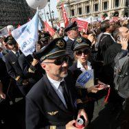 Réforme des retraites : avocats, infirmières, kinés, hôtesses, stewards, pilotes de ligne défilent à Paris.