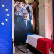 Aux Invalides, l'émotion pour Jacques Chirac.