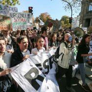 Des milliers de jeunes défilent pour le climat dans les rues de Paris.