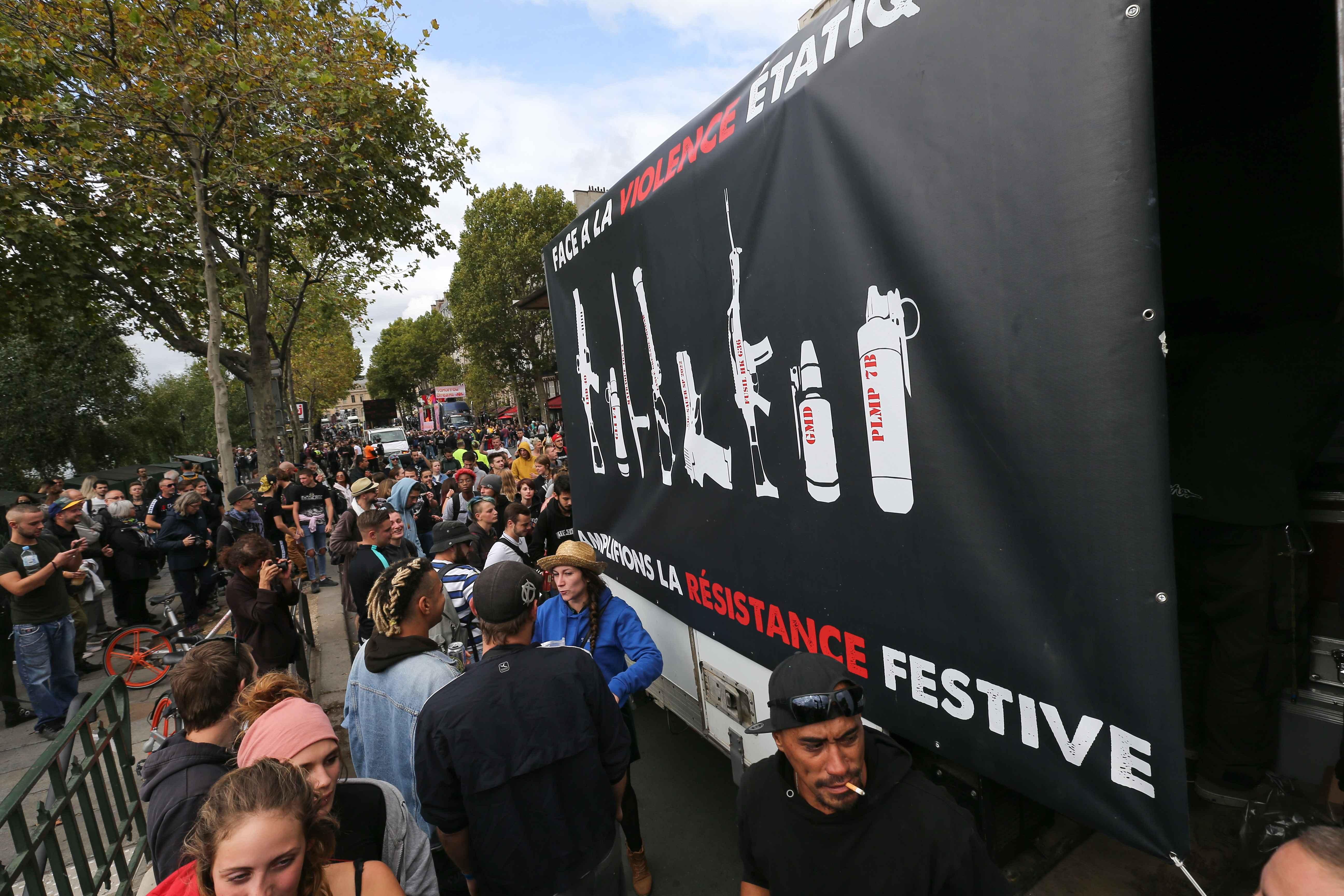 """Sur un camion : """"Face à la violence étatique, amplifions la résistance festive"""". © Michel Stoupak. Sam 28.09.2019, 11:55:53."""