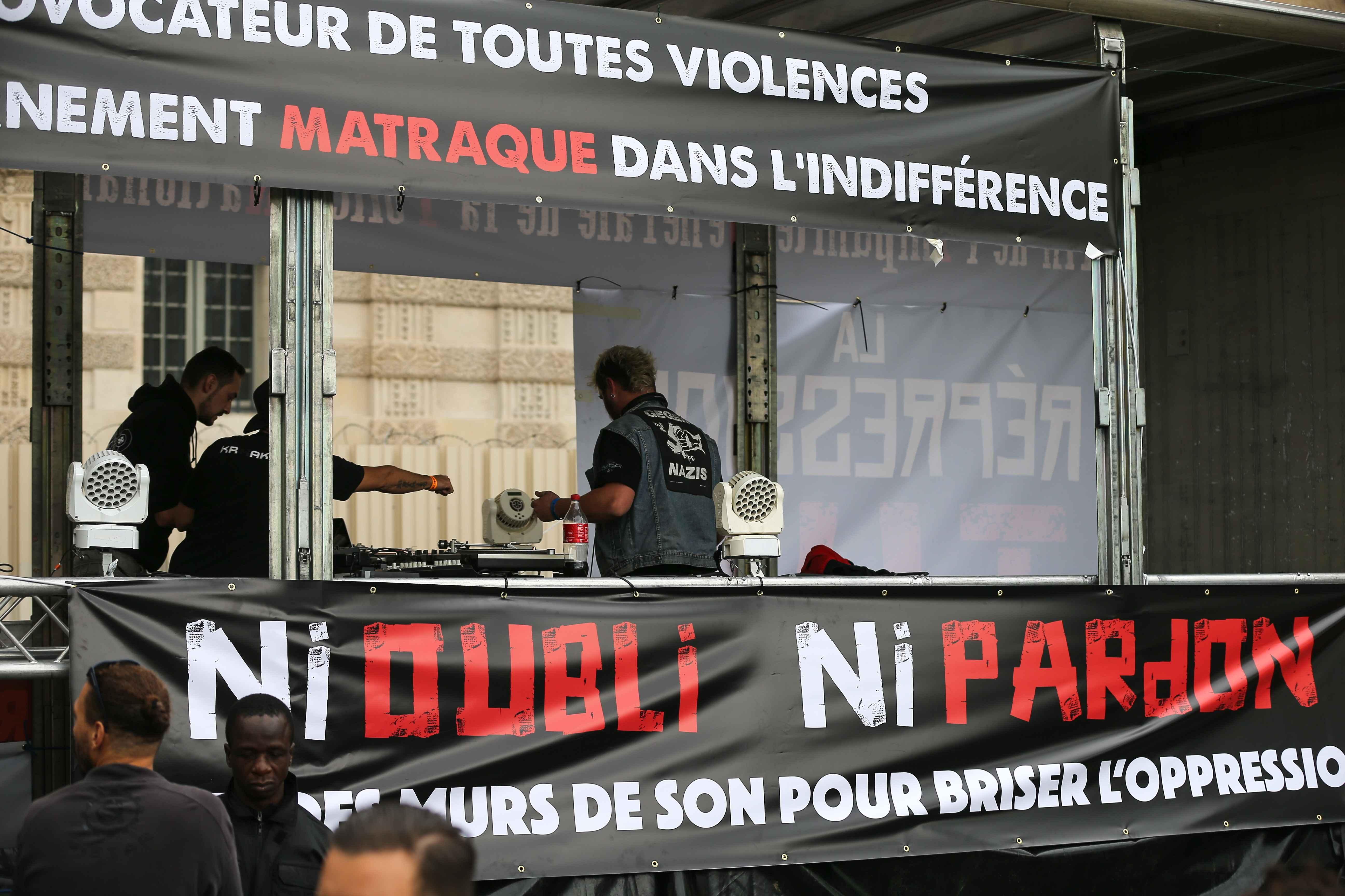 "Une bannière : ""Ni oubli, ni pardon"". © Michel Stoupak. Sam 28.09.2019, 12:38:02."