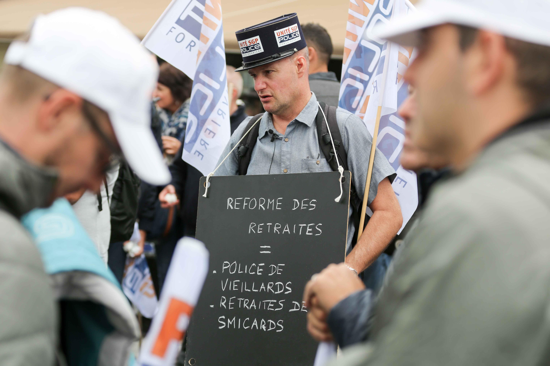 """Un manifestant tient une pancarte """"Réforme des retraites = police de vieillards"""". © Michel Stoupak. Mer 02.10.2019, 11:21:39."""