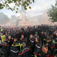 """Des milliers de pompiers """"en colère"""" manifestent à Paris, tensions en fin de cortège."""