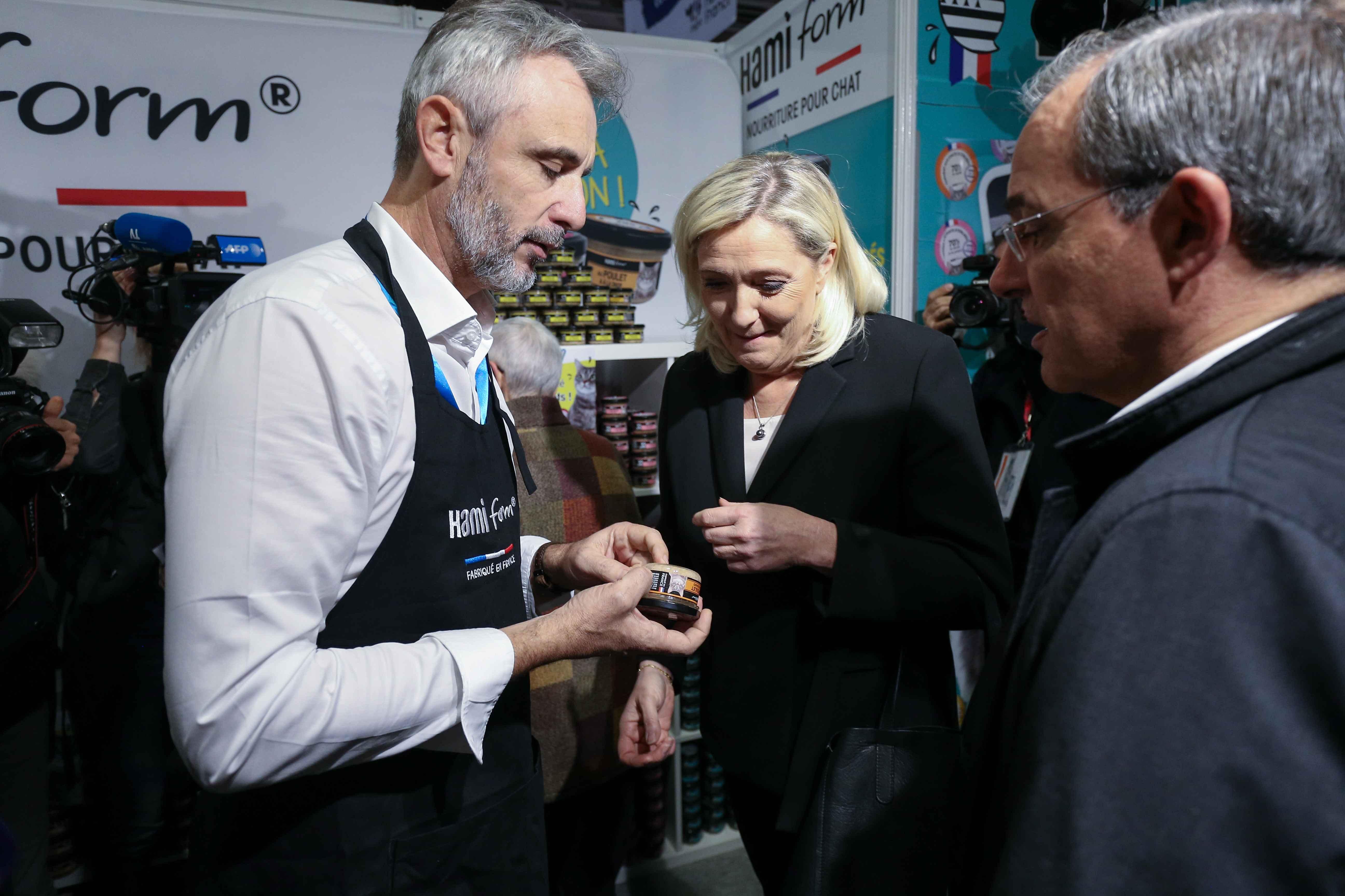 Marine Le Pen (C) s'entretient avec le propriétaire d'un stand. © Michel Stoupak. Sam 09.11.2019, 11:03:10.