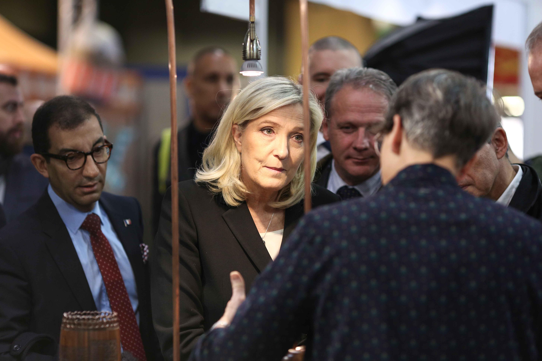 Marine Le Pen (C) s'entretient avec le propriétaire d'un stand. © Michel Stoupak. Sam 09.11.2019, 11:16:27.