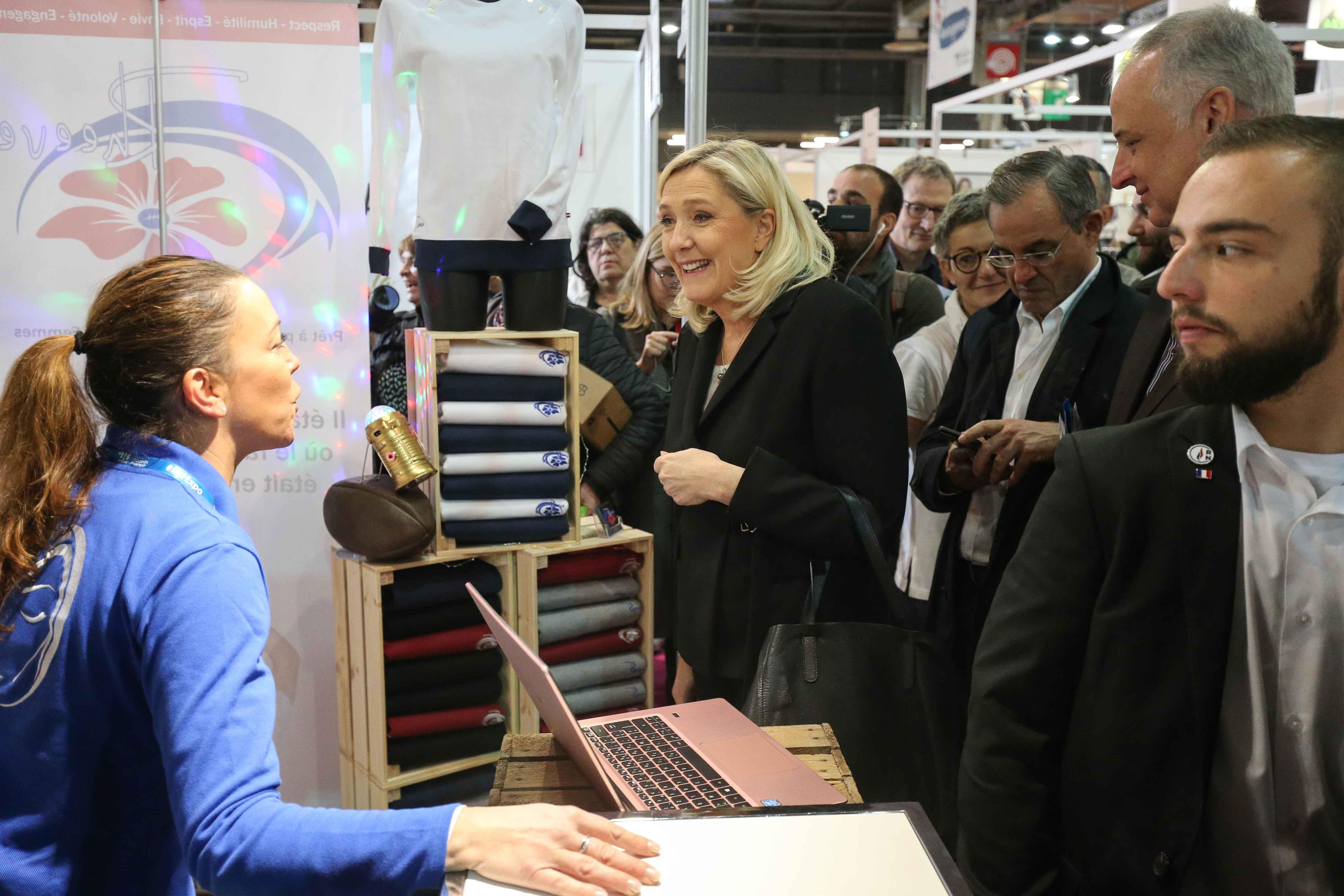Marine Le Pen (C) s'entretient avec la propriétaire d'un stand. © Michel Stoupak. Sam 09.11.2019, 11:54:13.