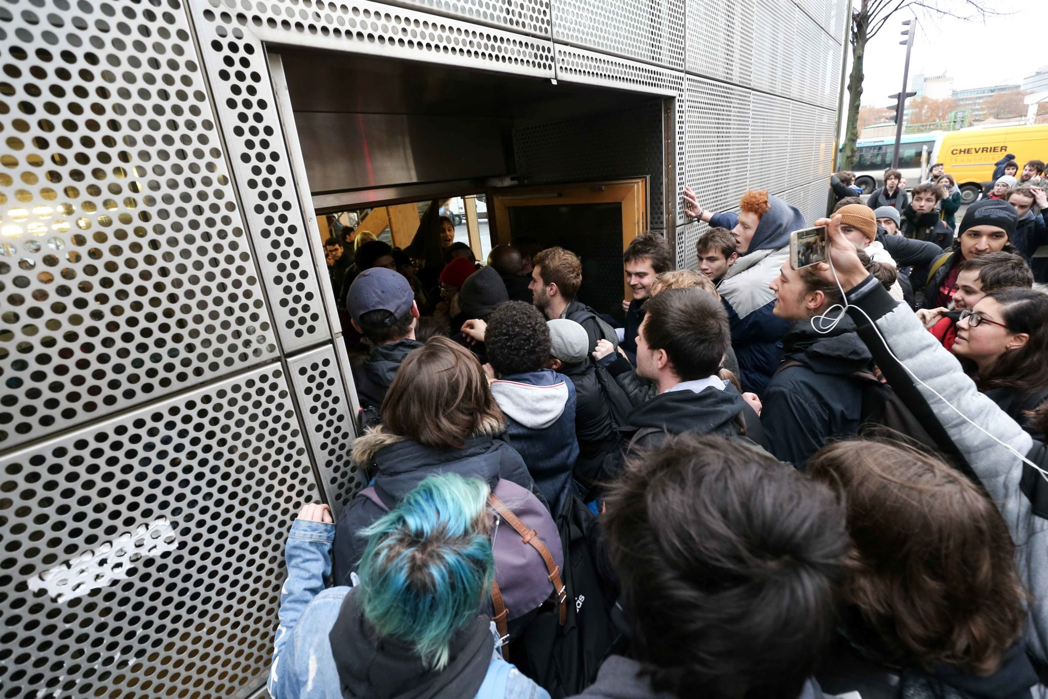 Des étudiants forcent l'entrée d'un restaurant universitaire. © Michel Stoupak. Mar 26.11.2019, 13:13:11.