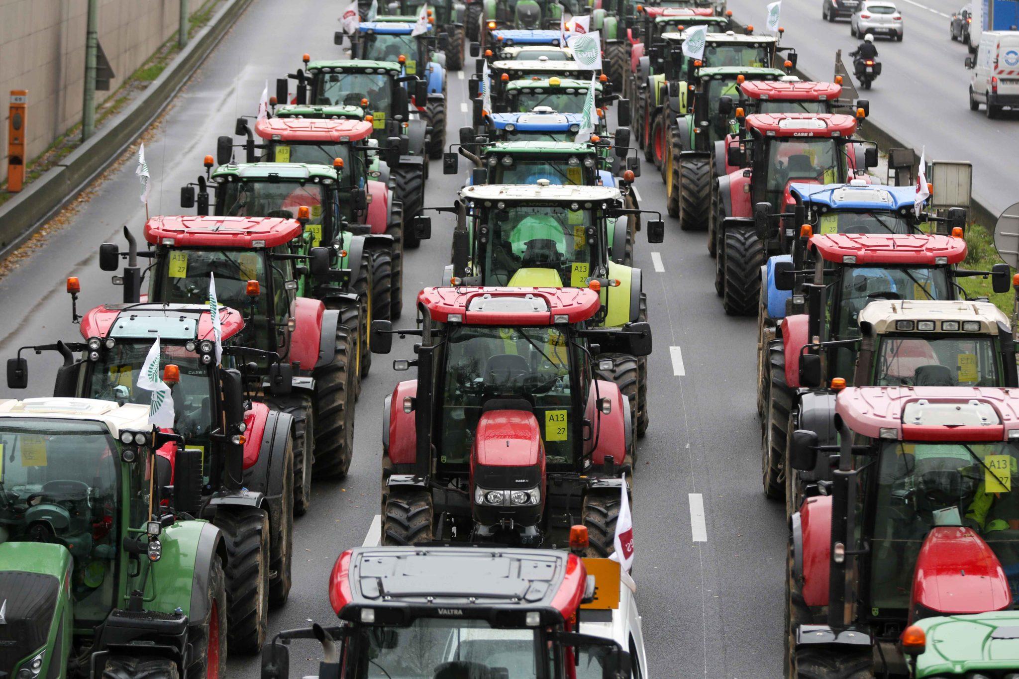 Les agriculteurs conduisent leurs tracteurs sur le périphérique parisien. © Michel Stoupak. Mer 27.11.2019, 11:52:33.
